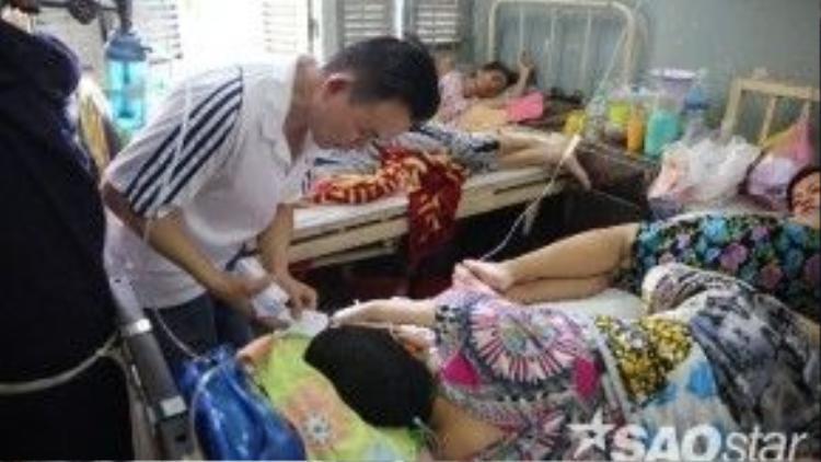 """Do bệnh viện quá tải, chuyện hai người bệnh phải dùng chung một cái giường là chuyện rất bình thường. Trong điều kiện trị bệnh hạn chế và trong tình trạng sức khỏe nguy kịch như vậy, việc nhận được một món quà dù không lớn cũng có thể đem lại chút """"ánh sáng"""" trong ngày cho các bệnh nhân."""