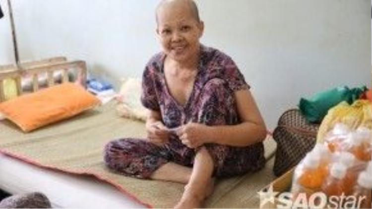 Niềm vui giản dị hiện lên trên gương mặt của một bác bệnh nhân ung thư khicầm trên tay tấm phiếu bé nhỏ.