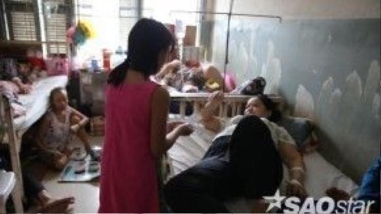 Bé Xuân Mai - em gái của bé An cũng tự mình tới gặp gỡ các bệnh nhân và trao phiếu.
