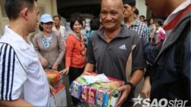 Món quà nhỏ - niềm vui lớn khiến cả người trao lẫn người nhận đều thấy vui mừng.