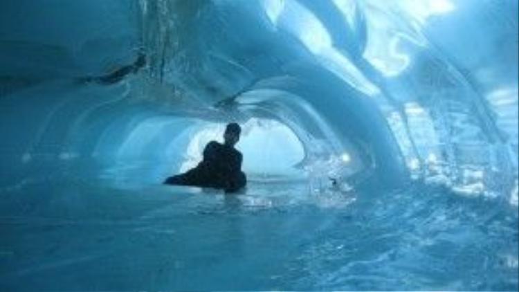 Khám phá động băng ở Nam Cực.