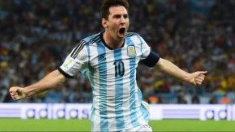 Lionel Messi là huyền thoại đương đại của làng bóng đá. Tiền đạo người Argentina này đang chơi cho CLB Barcelona. Anh là cầu thủ duy nhất trong lịch sử bóng đá 5 lần nhận Quả bóng vàng.