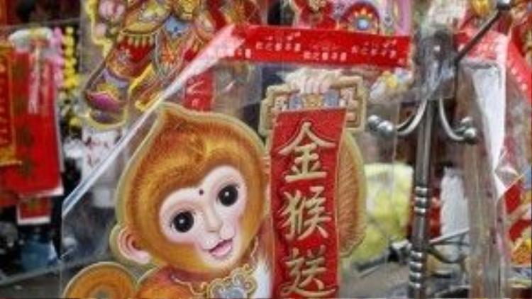 Các mặt hàng hình khỉ là điểm nhấn của thị trường đồ trang trí Tết Bính Thân.
