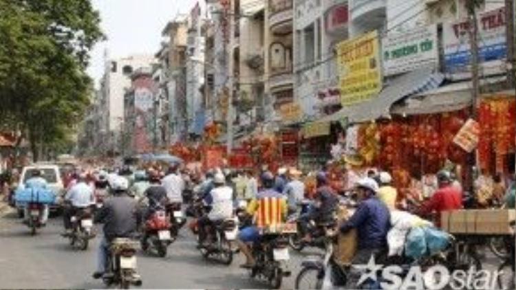 Mỗi dịp Tết đến, đường Hải Thượng Lãn Ông (quận 5) lại tràn ngập sắc đỏ.