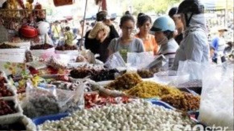 Bánh mứt Tếtphong phú, đa dạng chủng loại nhưng lượng khách mua không nhiều như mọi năm.