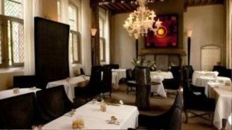 Cách thành phố Amsterdam 1 giờ đi tàu, nhà hàng De Librije tại Zwolle là một điểm đến xứng đáng khám phá. Du khách đặt bàn tại đây sẽ được đón từ nhà ga. Khi đến nơi, bữa ăn tối sang trọng đã được chuẩn bị thịnh soạn trong không gian mang đậm phong cách Dominican của thế kỷ 15.