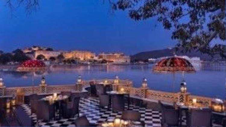 """Đến với nhà hàng Sheesh Mahal của khách sạn Udaipur's Leela Palace, thực khách sẽ có cơ hội khám phá văn hóa ẩm thực Ấn Độ. Nhưng điểm cộng hơn cả dành cho nơi đây chính là """"view"""" tuyệt đẹp của nó, nhất là vào lúc hoàng hôn."""