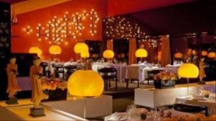 Khai trương từ năm 1971 tại Munich (Đức), Tantris là một trong những nhà hàng có thiết kế đẹp nhất nước Đức nói riêng và cả thế giới nói chung. Nội thất theo phong cách thế kỷ 17 của nó hầu như không hề thay đổi kể từ ngày mở cửa đầu tiên. Menu kiểu Pháp chuẩn 2 sao Michelin của nhà hàng cũng rất độc đáo và được thực hiện bởi một đội ngũ đầu bếp tinh nghệ.