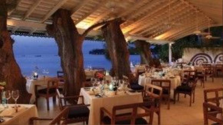 """Mặc dù sở hữu danh hiệu là một trong những nhà hàng số một của Barbados nhưng The Tides ởHoletown vẫnmang một phong cách gần gũi, giản dị. Không gian mở ngoài trời, sát biển với cây mọc xuyên trần khiến nơi đây trở nên vô cùng ấn tượng. Các món hải sản được nêm nếm theo khẩu vị châu Á là """"đặc sản"""" củaThe Tides. Quán bar của nhà hàng còn trưng bày nhiều tác phẩm nghệ thuật ấn tượng của địa phương."""