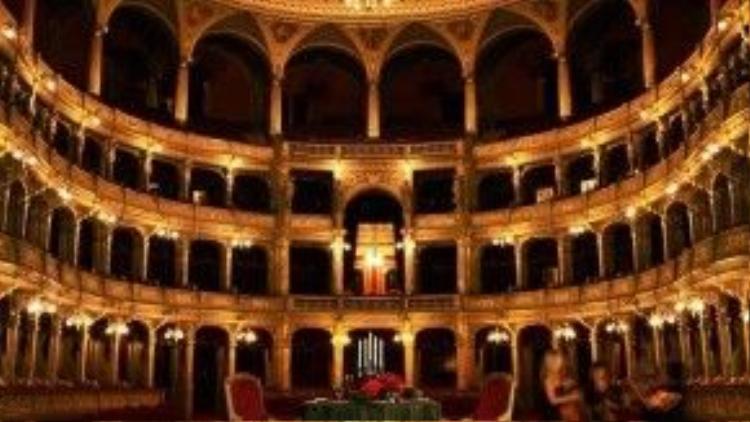 """Nhà hát quốc gia Hungary chỉ """"biến hình"""" thành một nhà hàng khi phục vụ những vị khách thượng lưu. Theo thỏa thuận với khách sạnBudapest's Four Seasons, các thực khách có thể đặtbữa ăn kèm theo biểu diễn nhạc giao hưởng tại nhà hát này với giá từ60.000 bảng Anh (tương đương 2 tỷ đồng)."""