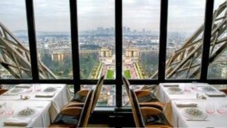 Là một nhà hàng của siêu đầu bếp Alain Ducasse, Le Jules Verne sở hữu không gian lãng mạn nhờ vị thế đắc địa của nó. Không chỉ ở Paris, nó còn nằm trong lòng tháp Eiffel. Tầm nhìn và cả thực đơn nơi đây đều có một không hai.