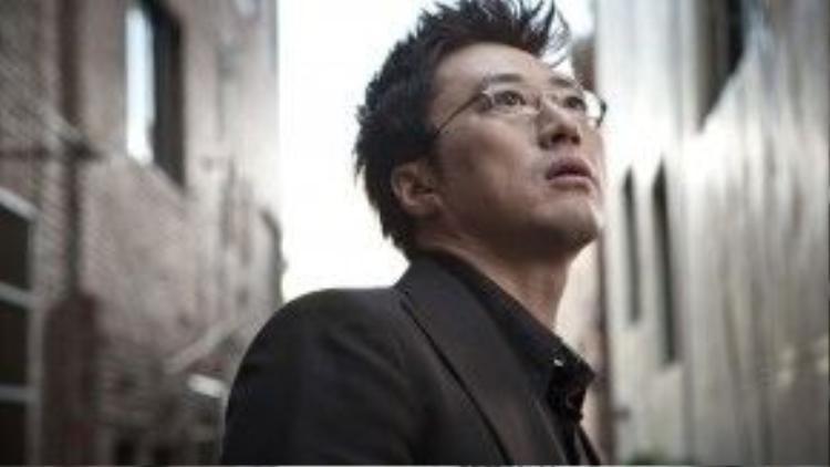 """Là một trong những nghệ sĩ kì cựu của làng phim xứ kim chi, Park Shin Yang (1/11/1968) để lại ấn tượng sâu sắc thông qua các vai diễn phong độ, lịch lãm và cá tính. Mỗi khi nhắc đến anh, người hâm mộ liền nghĩ ngay đến những tác phẩm tiêu biểu như """"Lovers in Paris"""" (Chuyện tình Paris), """"War of Money"""" (Cuộc chiến kim tiền)… Ở thời kì đỉnh cao, Park Shin Yang từng nhận cát-xê lên đến hơn 100 triệu won (1.8 tỷ đồng) cho một tập phim. Anh cũng là một trong những ngôi sao có mức cát-xê cao nhất trong lịch sử phim Hàn."""