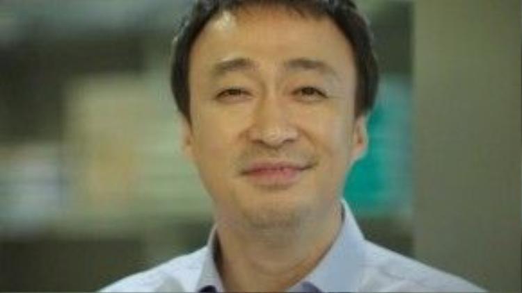 """Lee Sung Min (4/12/1968) là diễn viên cùng thời với Park Shin Yang, song so với tên tuổi của đồng nghiệp thì anh có phần """"lép vế"""" hơn. Nguyên nhân bởi vì hầu hết nhân vật mà anh đảm nhận đều là tuyến vai phụ. Tuy nhiên, anh vẫn được khán giả nhớ mặt biết tên thông qua những tác phẩm như """"On Air"""" (Câu chuyện hậu trường), """"My Princess"""" (Công chúa của tôi), """"When a Man Falls in Love"""" (Khi người đàn ông yêu), """"Misaeng"""" (Mùi đời)…"""