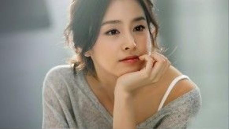 """Kim Tae Hee (29/3/1980) là một trong những cái tên nổi bật nhất của dàn sao sinh năm 1980. Không chỉ thu hút khán giả vìvẻ đẹp tự nhiên mà cô còn được ngưỡng mộ nhờ trình độ học vấn cao. Tuy khả năng diễn xuất vẫn còn bị chê bai, song Kim Tae Hee đã thể hiện sự tiến bộ đáng kể. Trong năm 2015, người đẹp đã có màn trình diễn ấn tượng cùng """"Yong Pal"""" (Thiên tài lang băm). Với vai diễn tiểu thư giàu có Han Yeo Jin, Kim Tae Hee đã rinh về kha khá danh hiệu trong các lễ trao giải cuối năm."""