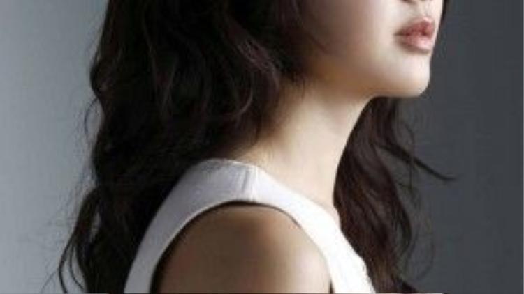 """Nổi đình đám với vai nữ chính trong phim cổ trang """"Queen Seon Deok"""" (Nữ hoàng Seon Deok), Lee Yo Won (9/4/1980) được mệnh danh là người đẹp cổ trang của làng phim ảnh Hàn Quốc. Cô cũng là nữ diễn viên tài năng khi có thể làm tốt ở cả hai lĩnh vực truyền hình và điện ảnh. Điều này được thể hiện ở bộ sưu tập giải thưởng """"khủng"""" của cô. Nhưng tính từ tác phẩm cuối cùng """"Empire of Gold"""" (Thời đại hoàng kim) phát sóng vào năm 2013 đến nay, Lee Yo Won chưa ra mắt thêm bộ phim nào nữa."""