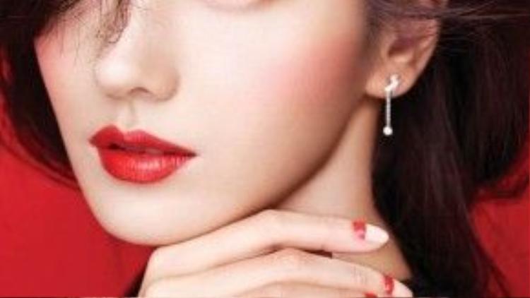 """Xinh đẹp, sang trọng và quý phái là những mỹ từ mà người hâm mộ hay dùng để nói về Han Chae Young (13/9/1980) - kiều nữ sở hữu danh hiệu """"Barbie Hàn Quốc"""". Khởi nghiệp từ năm 2000 với vai diễn truyền hình đầu tay trong """"Autumn in My Heart"""" (Trái tim mùa thu), nữ diễn viên nhanh chóng để lại ấn tượng sâu sắc nhờ vẻ đẹp sắc sảo cùng khả năng diễn xuất tốt. Nhờ hiệu ứng của bộ phim, tên tuổi của Han Chae Young cũng nhanh chóng vụt sáng. Những năm gần đây, cô đã tạm rút khỏi làng giải trí Hàn Quốc để chuyển hướng sang hoạt động ở thị trường Trung Quốc."""
