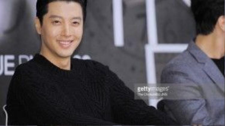 """Lee Dong Gun (26/7/1980) là nam tài tử quen mặt đối với fan của truyền hình xứ kim chi. Một số tác phẩm tiêu biểu của anh có thể kể đến như """"Sweet 18"""" (Cô dâu 18 tuổi), """"Lovers in Paris"""" (Chuyện tình Paris), """"Marry Him If You Dare"""" (Lấy anh, em dám không)… Gần đây, Lee Dong Gun đã có màn lột xác ngoạn mục khi đảm nhận vai nam chính trong """"Super Daddy Yeol"""". Tạm rời bỏ hình tượng bảnh bao, lịch lãm, anh đã gây bất ngờ khi xuất hiện với tạo hình lôi thôi và xuề xòa."""