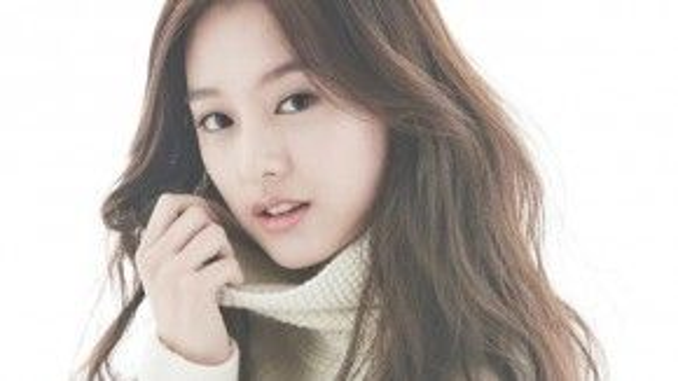 """Nổi tiếng nhờ hình tượng sang chảnh trong """"The Heirs"""" (Những người thừa kế), Kim Ji Won (19/10/1992) là gương mặt tiềm năng của làng phim Hàn. Vừa sở hữu ngoại hình đẹp lại có khả năng diễn xuất tốt, ở cô hội đủ yếu tố của một ngôi sao. Sau khoảng thời gian vắng bóng để nghỉ ngơi, cô đã trở lại với màn ảnh nhỏ thông qua bộ phim """"Descendants of the Sun"""" (Hậu duệ mặt trời). Không còn gắn liền với hình tượng tiểu thư đỏng đảnh, lần này, Kim Ji Won đã thay đổi đáng kể. Tính cách mạnh mẽ của cô được thể hiện thông qua teaser của phim khiến khán giả không khỏi ngạc nhiên."""