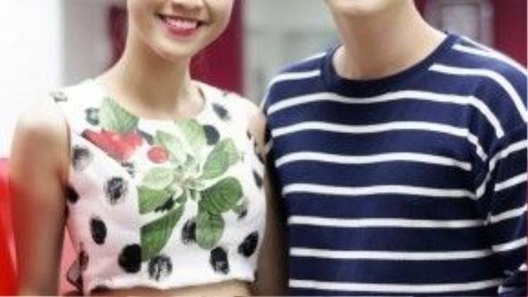 Sự kiện tối qua còn có cặp đôi Huỳnh Anh - Hoàng Oanh. Hot boy Hà thành tự lái xe tháp tùng bạn gái á hậu tới chúc mừng người bạn của cả hai. Hoàng Oanh nhí nhảnh trong trang phục năng động, khoe eo thon, dáng nuột nà.