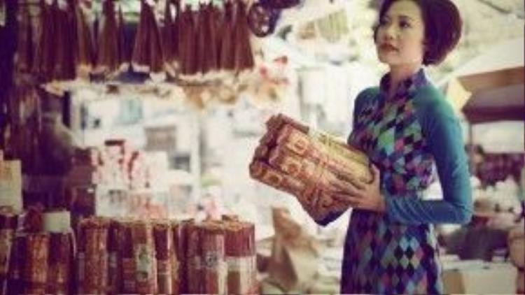 Là nữ diễn viên gạo cội của làng nghệ thuật Việt Nam, giờ đây ở cương vị đạo diễn, Hồng Ánh vẫn toát ra phong thái sang trọng, hoài cổ và đầy dịu dàng của người phụ nữ truyền thống.