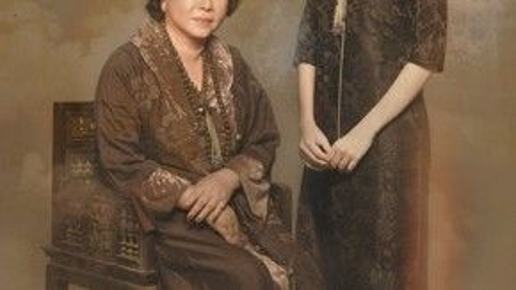 """""""Đả nữ màn ảnh"""" trong một shoot ảnh chụp cùng mẹ. Cô thể hiện vẻ đoan trang, thanh thoát với tạo hình phụ nữ xưa. Ảnh: Phạm Hoài Nam."""