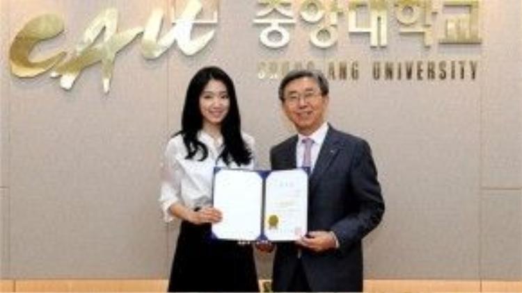 Trong quá trình theo học, Park Shin Hye là đại sứ hình ảnh cho trường Chung-Ang.