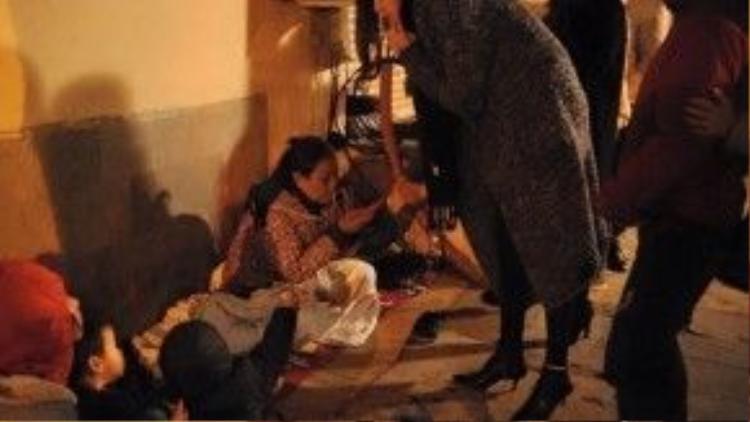 Hồ Ngọc Hà chia sẻ trên trang cá nhân những hình ảnh trong chuyến đi từ thiện trao quà tết cho người vô gia cư ở Hà Nội.