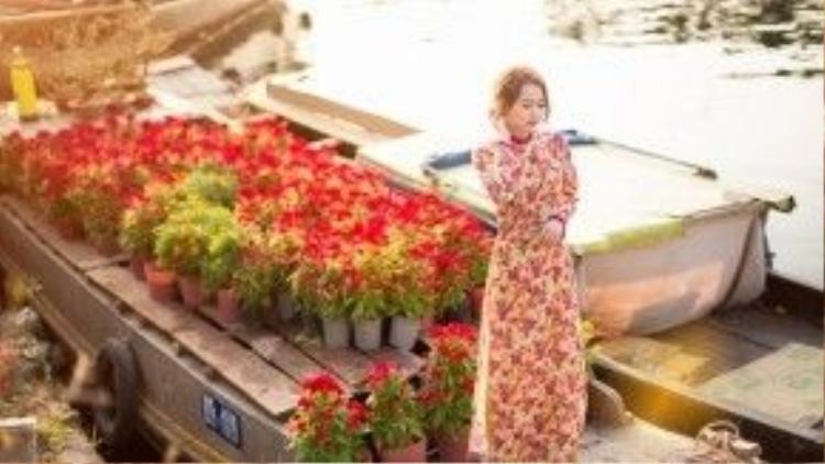 Trái vớiphong cách năng động hàng ngày, Nhung Gumiho bất ngờ trở nên chững chạc, nữ tính và vô cùng duyên dáng với tà áo dài.