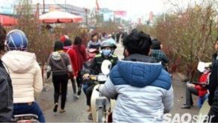 Chợ hoa Quảng Bá những ngày này đông đúc, tấp ngập người.