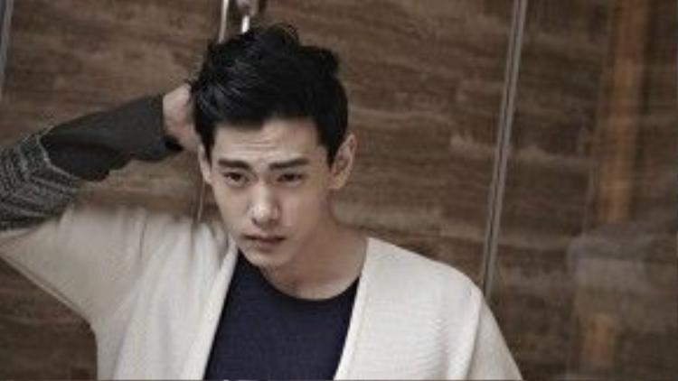 Teo Yoo sinh năm 1981, mang hai dòng máu Đức và Hàn Quốc. Anh từng học diễn xuất tại Mỹ, Anh trước khi tham gia các hoạt động sân khấu, điện ảnh tại Đức.