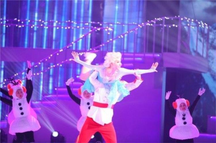 Trầm trồ xem Trương Bá Chi trượt băng và hát Let it go