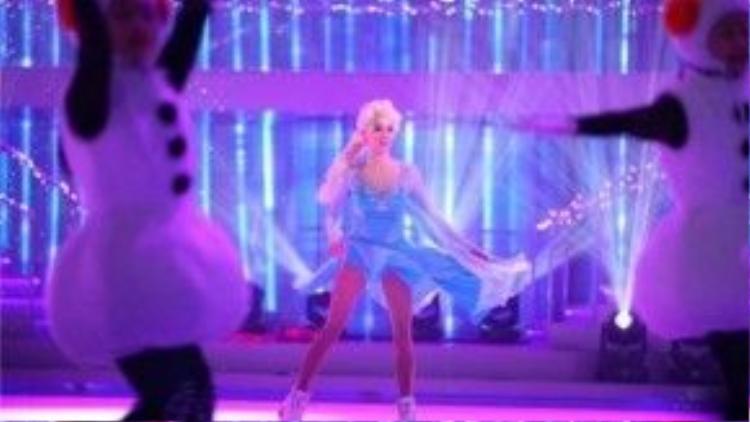 Trương Bá Chi biểu diễn Let It Go.