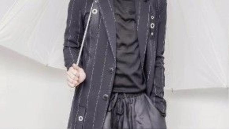 Một số gợi ý từ anh chàng fashionito đình đám cho các bạn nam sành điệu với thời tiết se lạnh đầu năm cho niềm Bắc như áo vest dáng dài, quần ống rộng layer và thun đen cao cổ, vừa giữ ấm cơ thể vừa tự tin xuống phố.