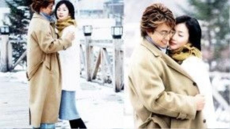 """Nhắc đến cảnh tuyết rơi kinh điển trong phim Hàn, hẳn không thể bỏ qua khoảnh khắc tình tứ của hai nhân vật Kang Joon Sang/Lee Min Hyung (Bae Yong Joon) và Jung Yoo Jin (Choi Ji Woo) trong """"Winter Sonata"""" (Chuyện tình mùa đông)."""