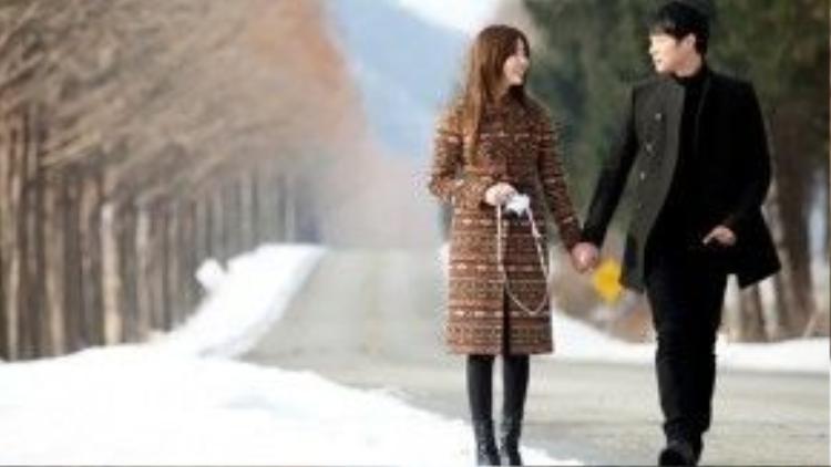 """Trải qua muôn vàn khó khăn, cặp đôi Han Jung Woo (Park Yoo Chun) và Lee Soo Yeon (Yoon Eun Hye) của bộ phim """"I Miss You"""" (Anh nhớ em) đã có thể cùng nhau nắm tay dạo bước dưới trời tuyết."""