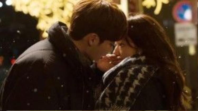 """Ngay giữa trời tuyết rơi, Choi Dal Po (Lee Jong Suk) đã trao cho Choi In Ha (Park Shin Hye) một nụ hôn ngọt ngào. Đây là một trong những cảnh phim ấn tượng nhất trong """"Pinocchio"""" (Cô bé người gỗ)."""