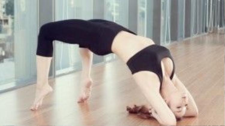 Thủy Top cần mẫn với những tư thế yoga khó nhằn dù chỉ mới bắt đầu luyện tập gần đây.