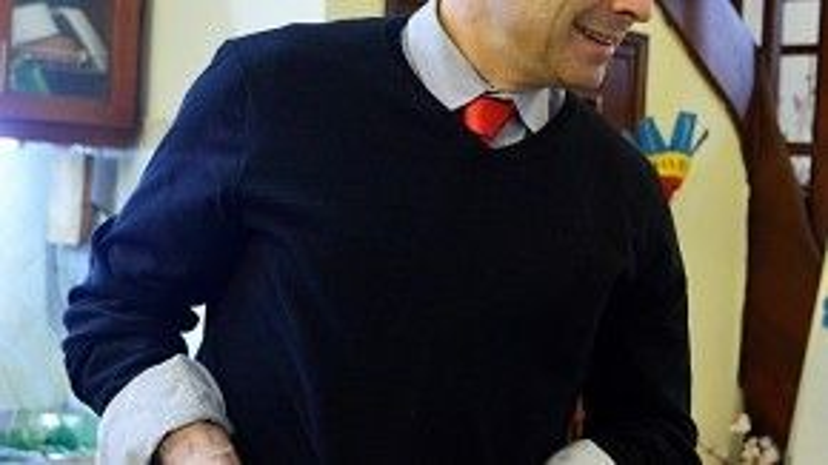 Ngài Đại sứ Pháp Jean-Noël Poirier còn tự mình gói được một chiếc bánh chưng ăn Tết. Ảnh: Zing