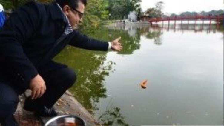 Đại sứ Palestine Saadi Salama thân chinh tới Hồ Gươm để thả cá để ông Táo lên chầu trời. Ảnh: Zing