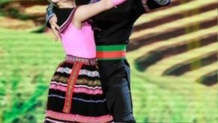 Minh Trung và bạn nhảy hóa thân thành người dân tộc vùng cao.