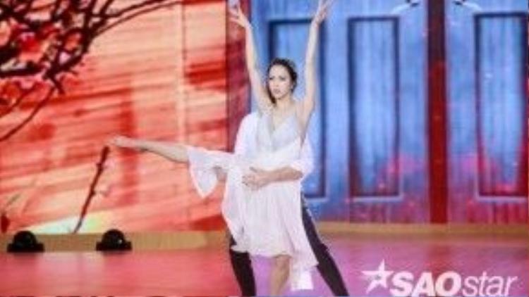 Nữ diễn viên thể hiện những bước nhảy mềm mại, điêu luyện.