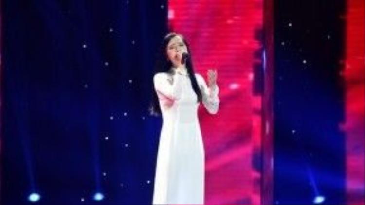 Thí sinh Mai Phương với giọng ca ngọt ngào da diết không chỉ chinh phục HLV Quang Dũng mà còn cả 3 vị HLV còn lại.