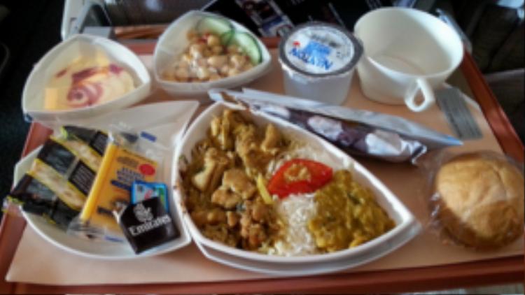 Hạng ghế phổ thông được phục vụ với món ăn gồm cơm và thịt, món mặn ăn kèm, bánh mì ngọt và đồ tráng miệng.