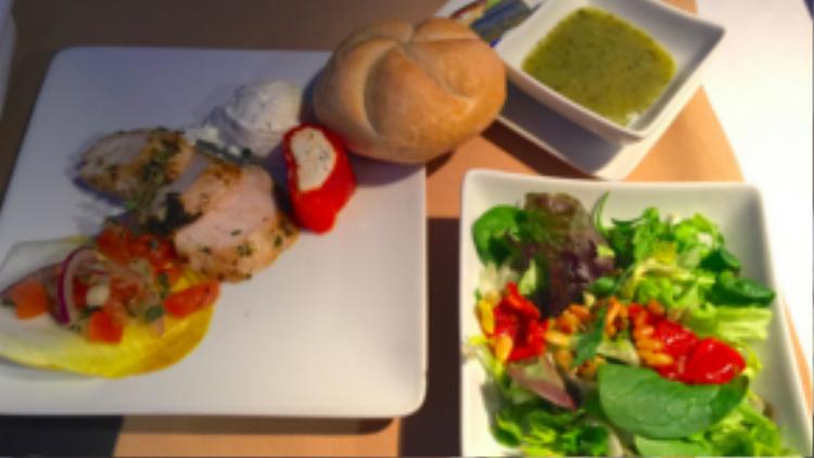 Bạn sẽ có cảm giác như ngồi trong nhà hàng chứ không phải đang bay trên không trung khi thưởng thức bữa ăn hạng thương gia của American Airlines. Phần ăn gồm thịt cắt lát, kem ăn kèm, bánh mì, salad và nước sốt.