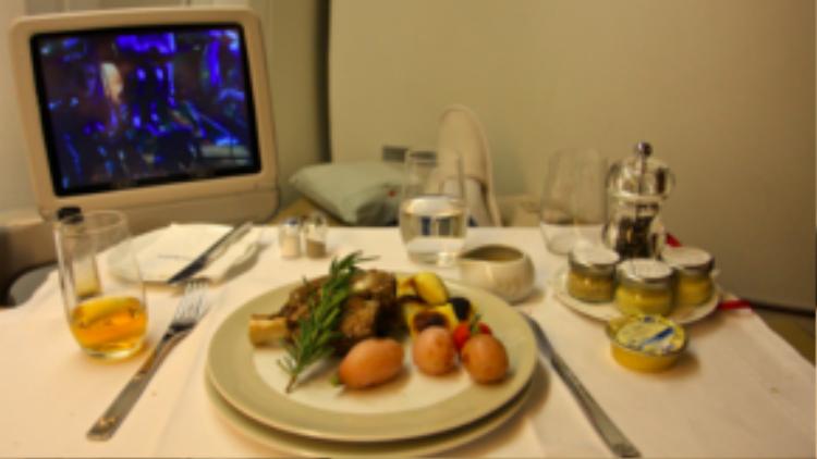 Đây là bữa ăn sang trọng được chế biến dành riêng cho khách hạng thương gia của Air France. Cách trang trí thức ăn cũng rất chuyên nghiệp và tinh tế.