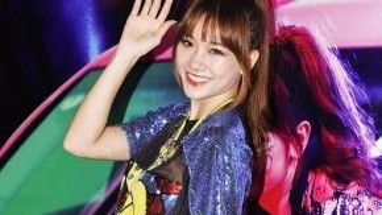 Phong cách trang điểm Hàn Quốc được cô gái áp dụng triệt để với lớp trang điểm trong suốt, căng bóng, nhấn kỹ ở phần viền mắt và môi rực rỡ.