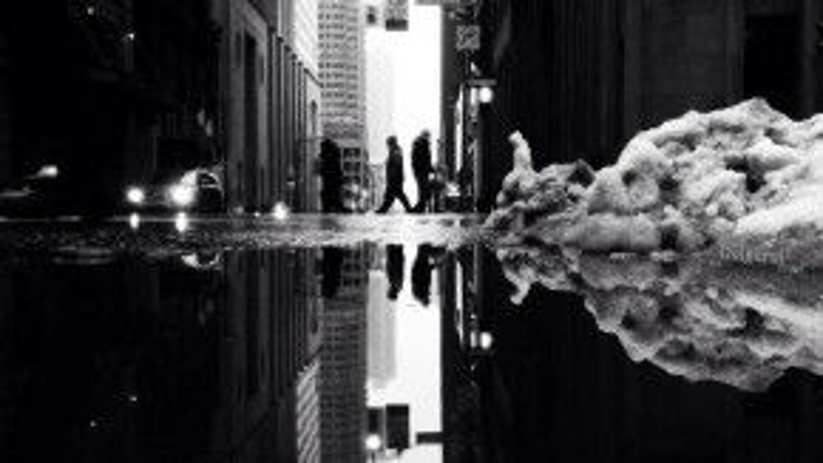 Con người bé nhỏ trong thành phố in bóng của mình lên bất kỳ nơi nào họ đặt chân qua.