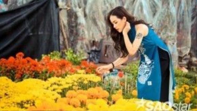 Sau đó, cô nàng tiếp tục dạo qua khu vực công viên 23/9, nơi đang bày bán rất nhiều chậu cây cảnh phục vụ dịp Tế để thăm thú.