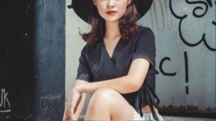 Diễn viên 9x chia sẻ cô thích phá cách kết hợp những chiếc kimono shirt thời thượng cùng quần high-waist kẻ sọc. Hai item đang trở thành hot-trend thời gian gần đây.