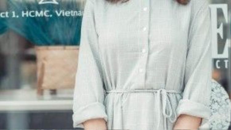 Cũng vẫn là monochrome nhưng Lý Kim Thảo khéo léo lựa chọn một bộ out fit với váy shirtwaist màu ghi nhẹ nhàng tạo cảm giác thanh tao, nữ tính cho người mặc.